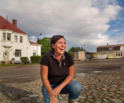 Alakaupunki ja sen elämän meno kiehtoo Monika Grönqvistiä