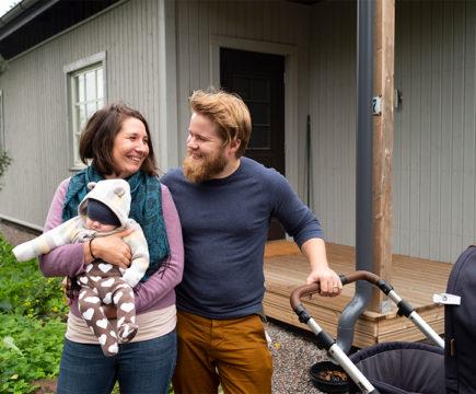 Helsinkiläiset Cecilia ja Joel Wolff voittivat kahden viikon asumisjakson Pikkukaupungissa. Hakemuksessaan tuoreet vanhemmat kertoivat rakastavansa luonnossa liikkumista, ja sitä Loviisa heille tarjosikin.