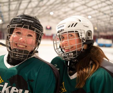 Jääkiekko pitää kropan kunnossa ja joukkuelajin yhteishenki piristää mieltä, sanovat Taija Solja ja Maarit Pönkä.
