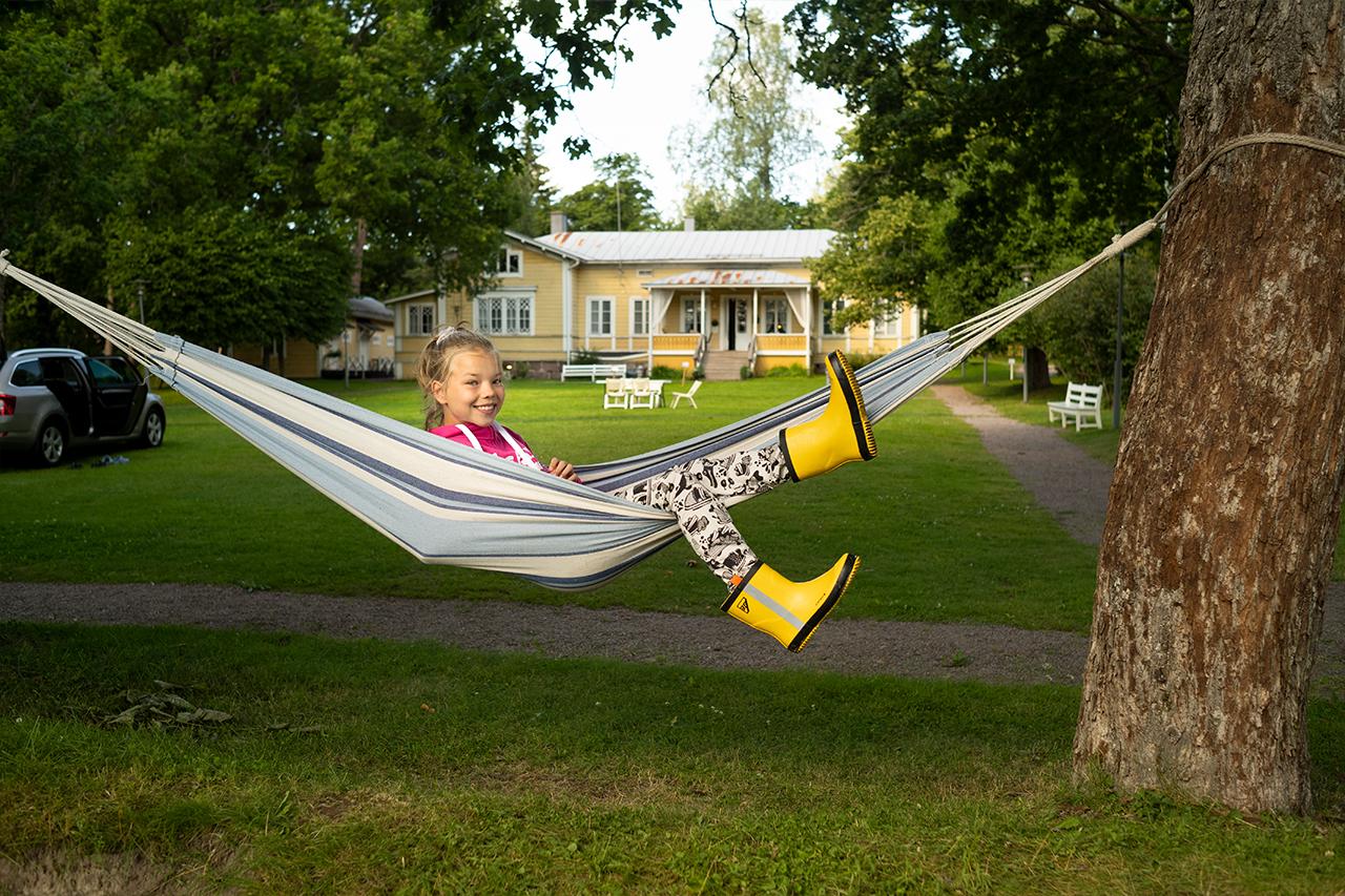 Loviisa Camping esittäytyy aurinkoisena kesäpäivänä idyllisen kauniina. Neljä vuotta sitten aloitettu uudistustyö on tuottanut hedelmää.