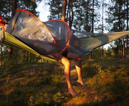 Tunnelma on korkealla, kun teltat leijuvat edessämme koko komeudessaan. Leiri on nyt kunnossa!